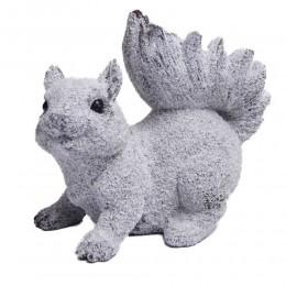 ośnieżona figurka wiewiórka