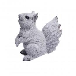 Biała ośnieżona figurka wiewiórka