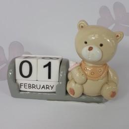 Datownik ozdoba ceramiczna kalendarz Miś z butelką do pokoju dziecka