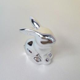 Wielkanocne dekoracje siedzący zając srebrny mini / figurka zajączek