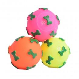 Zabawka dla psa mała piszcząca gumowa piłka w kosteczki śr. 6 cm