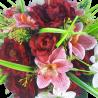 Bukiet sztucznych kwiatów na cmentarz stół wielkanocny czerwone róże