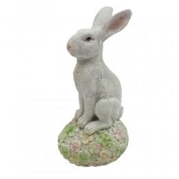 Figurka zając wielkanocny / królik siedzący na jajku w kwiatki