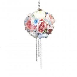 Kula kwiatowa ze sztucznych kwiatów z kryształkami