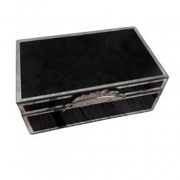 Czarna szklana szkatułka na biżuterię z piórkiem na prezent