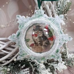 Świąteczna bombka 3D z kotem i śniegiem wykonana metodą decoupage