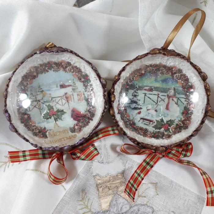 Dwie bombki medaliony decoupage z zimowym motywem i ornamentami